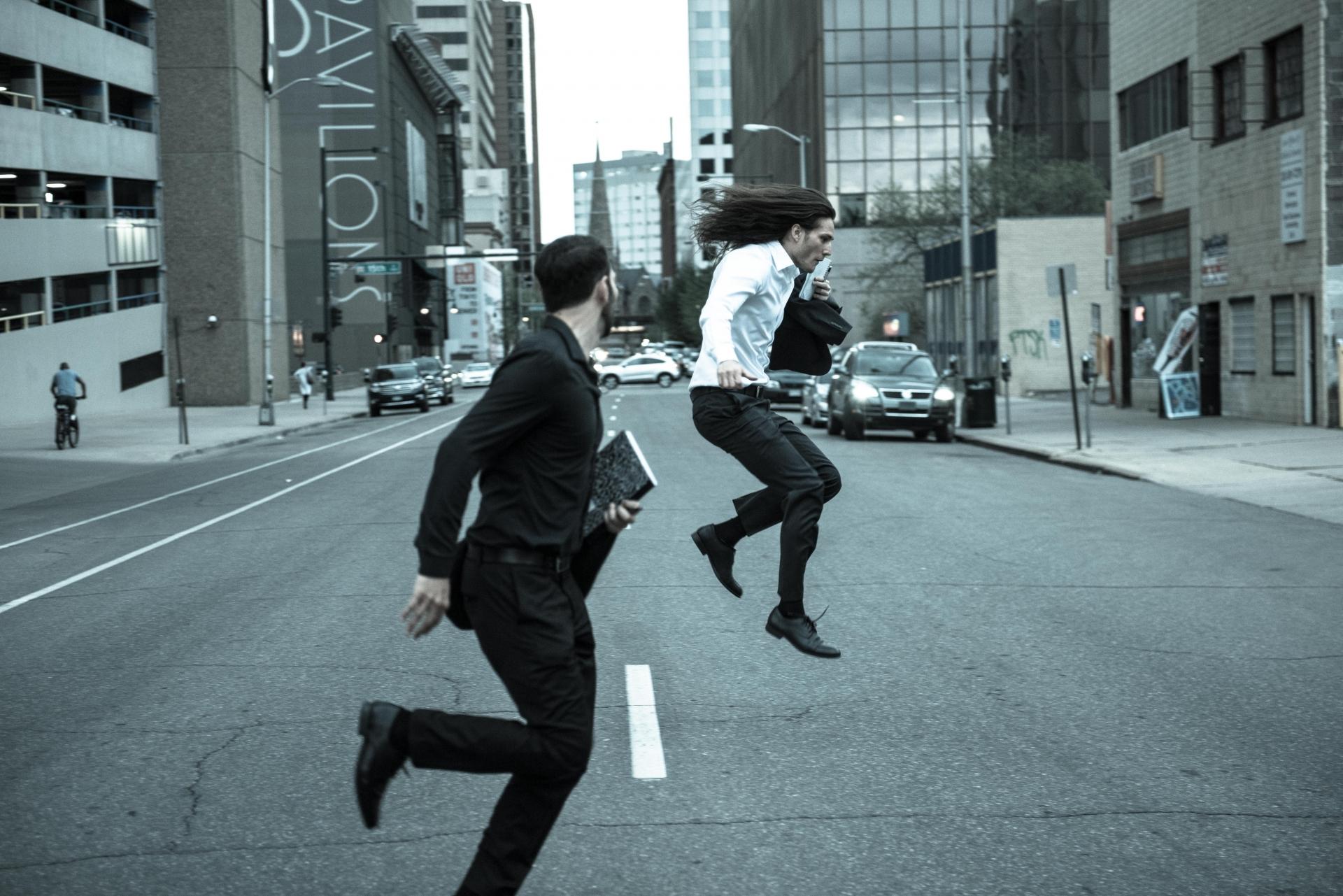 走る人,オフィス街