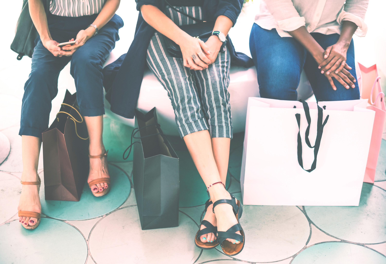 買い物する消費者