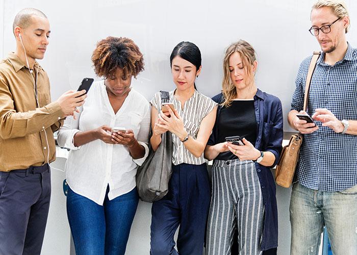 iphoneを見る消費者たち